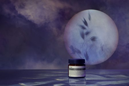 取适量夜间面膜敷过夜,隔天可以看到肌肤补充完养分的精神。