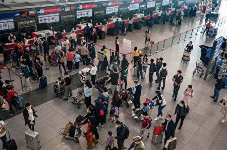 圖為北京首都國際機場的中國民眾。