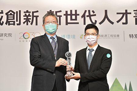 頒發獎座予獲獎人員