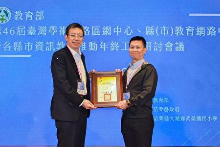 中央大學連續三年榮獲教育部區網中心評核「特優」殊榮,由電算中心許時準組長(右)代表受獎。