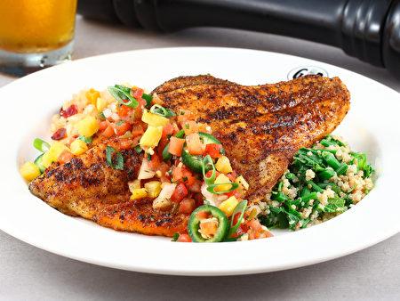 「紐奧良香煎海鱸與碳烤鮮蝦」魚身鋪上一層紐奧良辣粉再以高溫油煎封鎖美味。