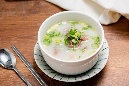 鮮美的「牛骨湯」是韓國人的暖身美食。