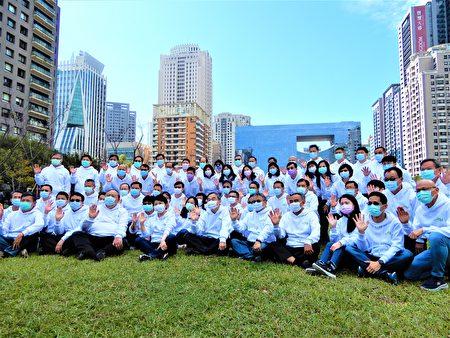 """就职两周年记者会,卢秀燕着白色运动帽T,与市府团队一同亮相,展现""""干净、透明、年轻、活力与阳光政治""""的诉求。"""