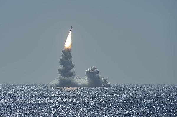 2020年2月12日,美國俄亥俄級彈道導彈潛艇USS Maine(SSBN 741)在加利福尼亞州聖地亞哥海岸試射了三叉戟II(D5LE)導彈。(美國海軍)