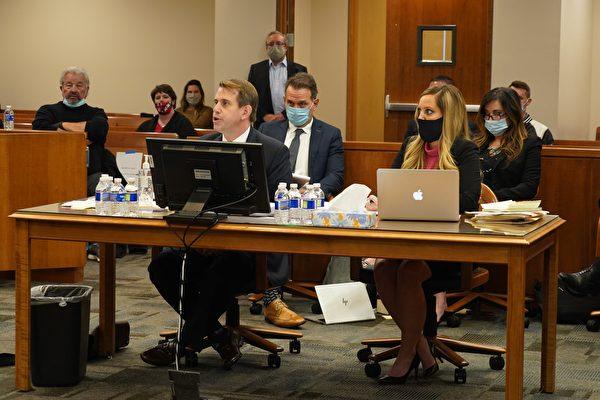 12月3日,特朗普團隊律師傑西·賓納爾(Jesse R. Binnall)(前左),在內華達州卡森(Carson)市法院發言。(宋昇樺/大紀元)