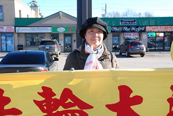 12月2日下午,多倫多法輪功學員王洪敏說:「加拿大不是罪犯的避風港,從哪來的回哪去;要不就把他們(迫害人權的官員)繩之以法。」 (伊鈴/大紀元)