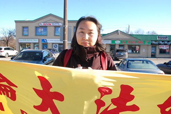12月2日下午,多倫多法輪功學員楊琳呼籲早日停止迫害,希望加拿大政府和人民早早覺醒,認清中共邪惡,不再被中共滲透。(伊鈴/大紀元)