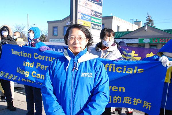 12月2日下午,法輪功學員代表黃知嬌呼籲安全部長重視來自中共對加拿大的滲透與威脅,對迫害人權信仰的中共高官進行制裁。(伊鈴/大紀元)