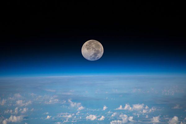 从太空中看满月 是这个样子
