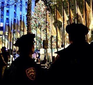 紐約警察平安夜遭槍擊 防彈背心救一命