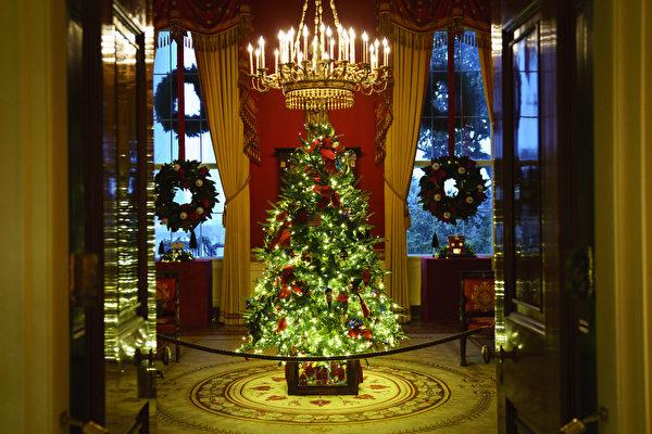 020年11月30日,位於華盛頓特區的白宮紅廳(Red Room)煥然一新。今年白宮聖誕節裝飾的主題是「美麗的美國(America the Beautiful)」。(Drew Angerer/Getty Images)