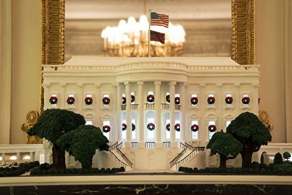 2020年11月30日,在白宮州餐廳陳列的薑餅屋。今年位於華盛頓特區的白宮聖誕節裝飾的主題是「美麗的美國(America the Beautiful)」。(Drew Angerer/Getty Images)
