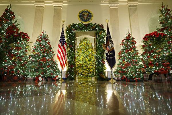 2020年11月30日,位於華盛頓特區的白宮廊廳(Cross Hall)和藍廳(Blue Room)煥然一新。今年白宮聖誕節裝飾的主題是「美麗的美國(America the Beautiful)」。(Drew Angerer/Getty Images)