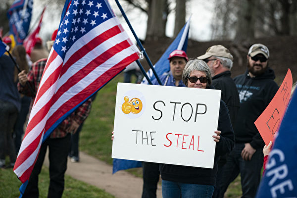 組圖:川普弗州打高爾夫 粉絲場外舉旗支持