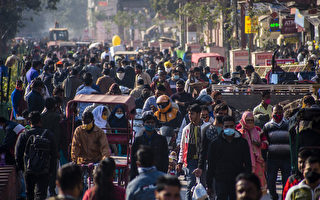 组图:印度疫情趋缓 部分民众不再戴口罩