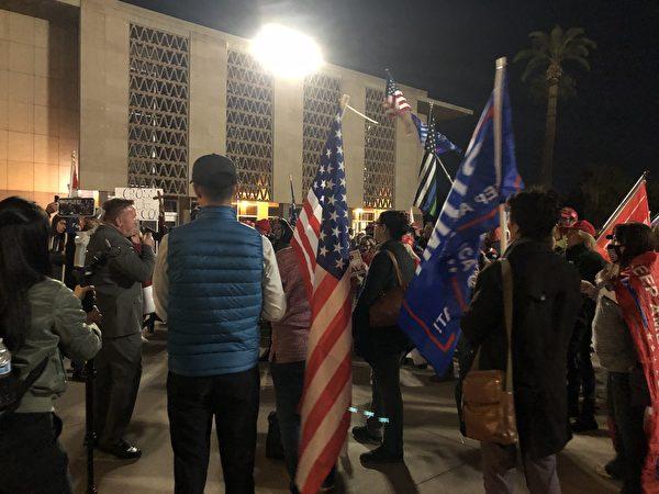 民眾在亞利桑那州議會大廈外集會,第20區州眾議員安東尼·克恩(Anthony Kern)在演講。(李梅/大紀元)