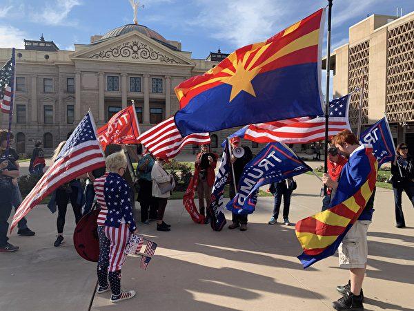 12月7日,亞利桑那議員及市民數百人在鳳凰城舉行集會,抗議州長在選舉舞弊證據顯著的情況下認證民主黨候選人拜登獲勝。(姜琳達/大紀元)