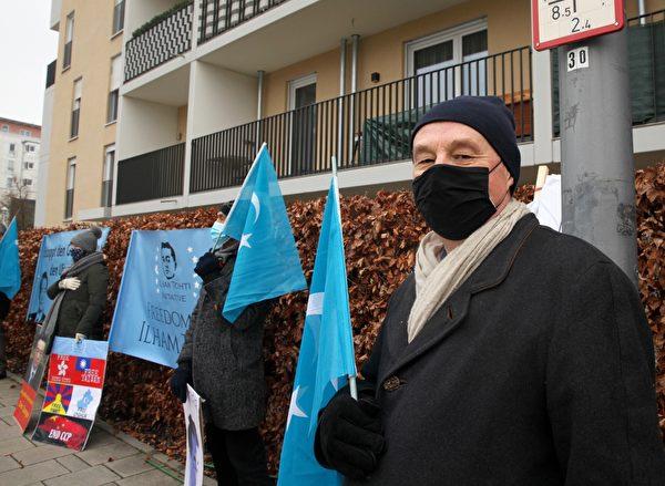2020年12月10日,世維大會在慕尼黑中領館前舉辦抗議活動。圖為基督教巴伐利亞宗教間對話和伊斯蘭問題專員、奧瑟稜博士(Dr. Rainer Oechslen)。(黃芩/大紀元)