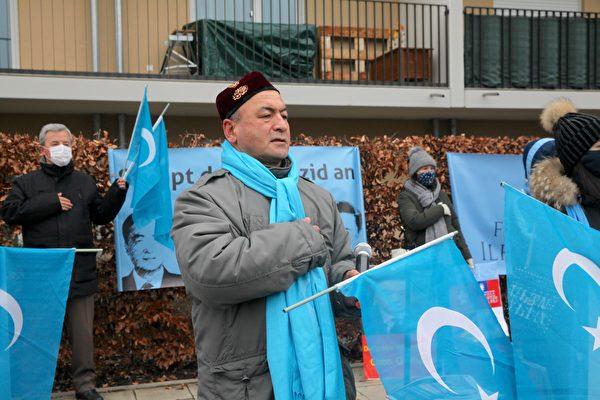 2020年12月10日,世維大會在慕尼黑中領館前舉辦抗議活動。圖為歐洲東突協會主席阿斯加.禪(Asgar Can)。(黃芩/大紀元)