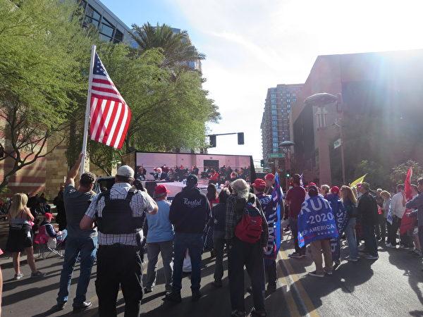 11月30日現場聲援的民眾在亞利桑那州鳳凰城凱悅酒店外觀看新唐人電視台現場直播關於選舉舞弊聽證會的實況。(李梅/大紀元)