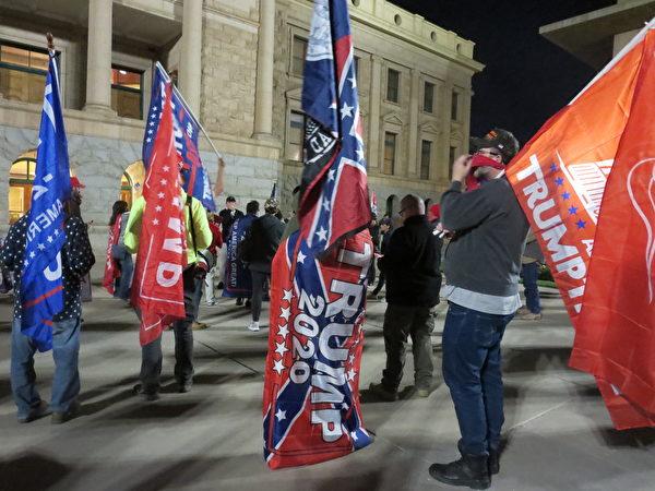民眾在亞利桑那州議會大廈外集會。(李梅/大紀元)
