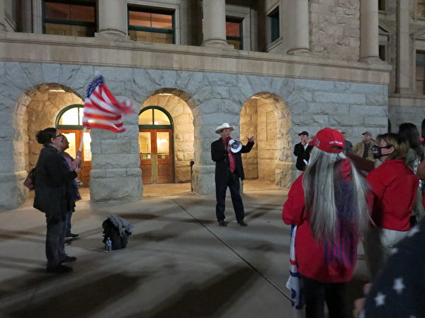 第8區州眾議員大衛·庫克(David Cook)在談聽證會的情況。(李梅/大紀元)
