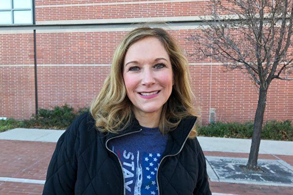 12月3日,內華達州卡森(Carson)市法院舉行大選欺詐聽證會,特朗普全國競選活動共同主席Jessie Jane Duff參加法院外的集會。(曹景哲/大紀元)