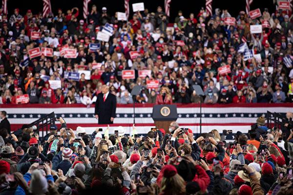 """美国时间周六(12月5日)傍晚,美国总统川普及其夫人梅拉尼娅·川普到乔治亚州参加""""捍卫参院多数""""集会,并发表演讲。图为现场情况。(林乐予/大纪元)"""