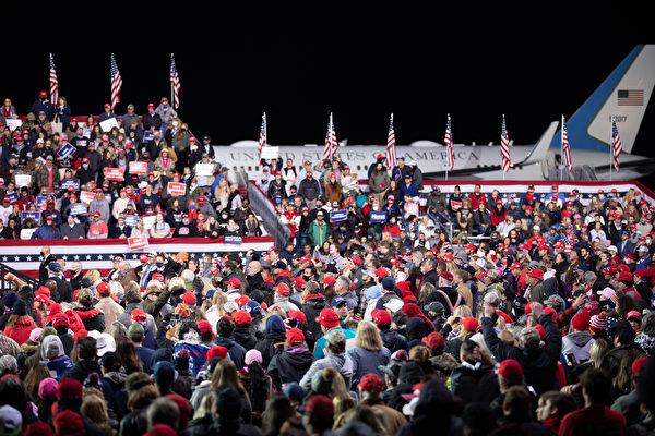 """美国时间周六(12月5日)傍晚,美国总统川普及其夫人梅拉尼娅·川普到乔治亚州参加""""捍卫参院多数""""集会,并发表演讲。图为现场情况,民众情绪高涨。(林乐予/大纪元)"""