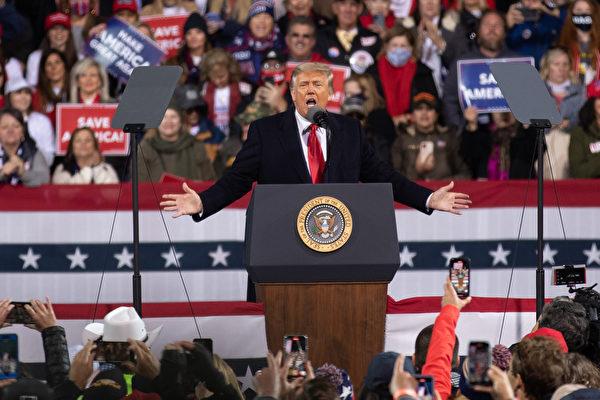 """美国时间周六(12月5日)傍晚,美国总统川普及其夫人梅拉尼娅·川普到乔治亚州参加""""捍卫参院多数""""集会,并发表演讲。图为川普总统在做演讲。(林乐予/大纪元)"""