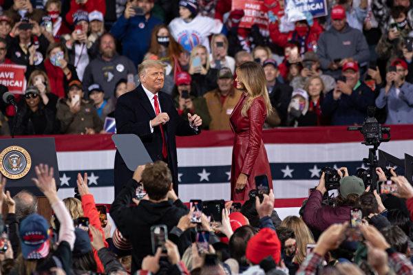 """美国时间周六(12月5日)傍晚,美国总统川普及其夫人梅拉尼娅·川普到乔治亚州参加""""捍卫参院多数""""集会,并发表演讲。图为川普总统和第一夫人在现场。(林乐予/大纪元)"""