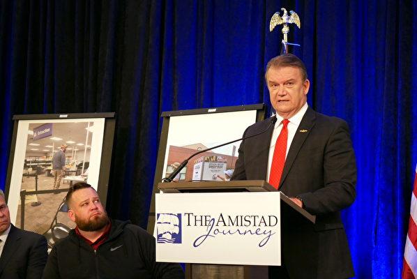 投票站觀察員格雷格‧斯坦斯特羅姆(Greg Stenstrom)(右一)(李辰/大紀元)