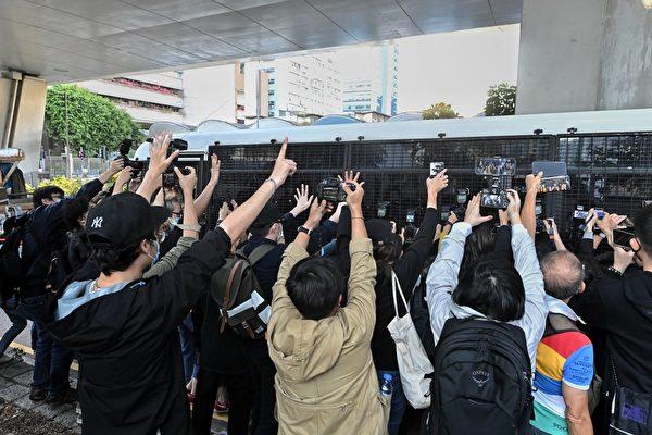 12月2日,前香港眾志祕書長黃之鋒(右)、前成員周庭(左)及前主席林朗彥(中)被判刑。市民前來聲援。(宋碧龍/大紀元)