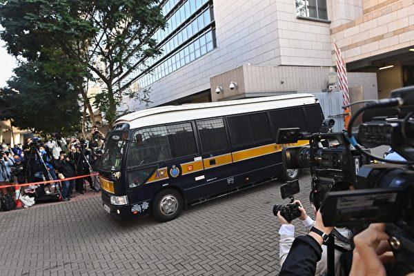 12月2日,前香港眾志祕書長黃之鋒(右)、前成員周庭(左)及前主席林朗彥(中)被判刑。圖為囚車駛出法院。(宋碧龍/大紀元)