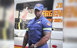 连人带车落水 南非消防员英勇救出一家三口