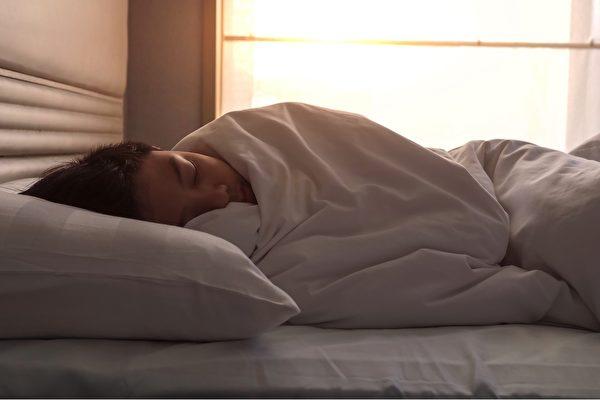 睡覺時蓋有重量感的被子,能改善失眠、舒解壓力。(Shutterstock)