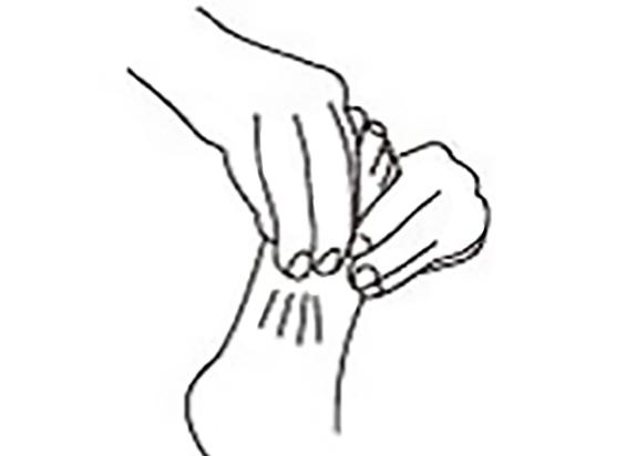 把四根手指摆在脚背上,从脚踝开始滑向脚背中央。(采实文化提供)