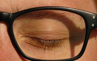 眼皮是半透明的? 网上短片爆红