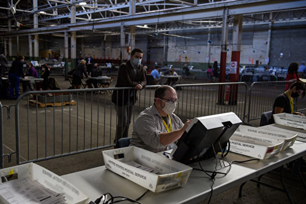 圖為2020年11月6日,賓夕凡尼亞州匹茲堡(Pittsburgh, Pennsylvania)阿利根尼縣(Allegheny County),選舉觀察員監督點票過程。(Jeff Swensen/Getty Images)