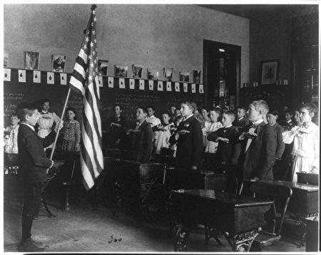 1899年,學生們背誦「效忠誓詞」。(公共領域)