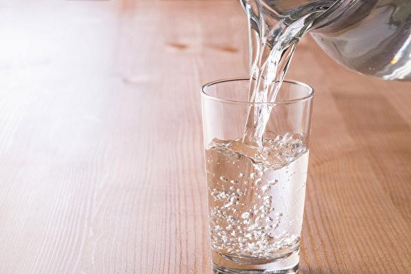 每天一定要喝八杯水吗?喝水太多会让身体积累湿气吗?(Shutterstock)