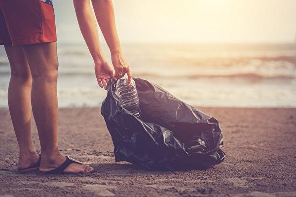 印度新婚夫妇不度蜜月 在海滩清800公斤垃圾