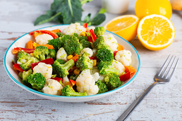 花椰菜是易产气食物,肠胃胀气时不要吃。(Shutterstock)