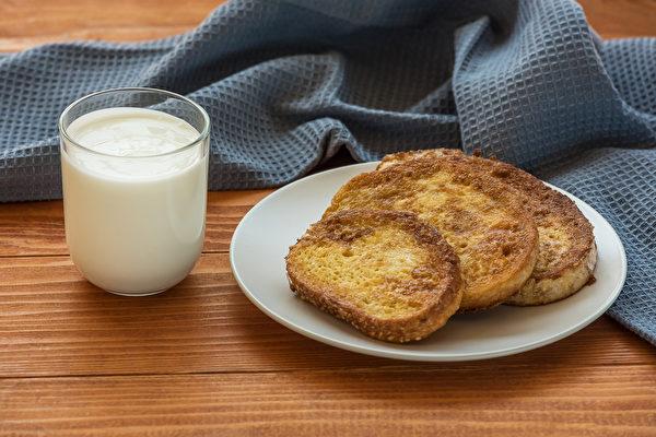 早餐可以用优格、优酪乳等搭配吐司,补充蛋白质。(Shutterstock)