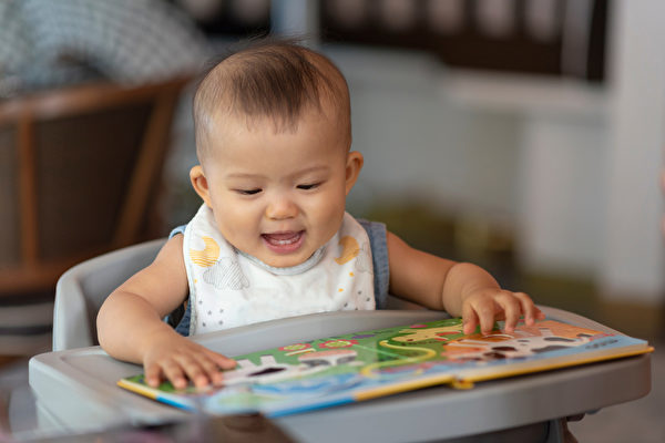 如果孩子有语言障碍,可以用含有许多图片的故事书来给他讲故事,并让他认图片。 (Shutterstock)