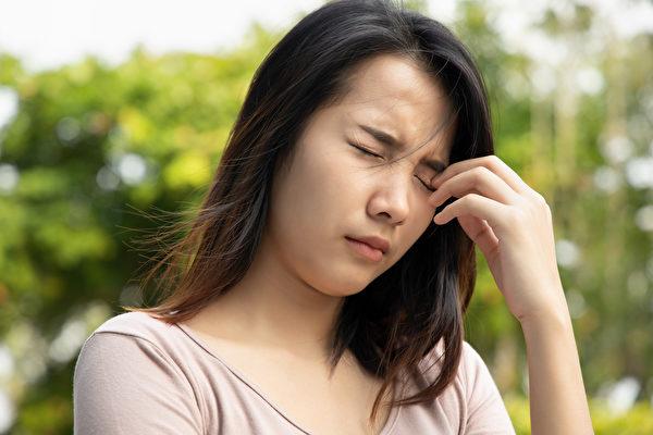 眼皮反覆跳動過久或伴隨其它症狀,建議就醫檢查。(Shutterstock)