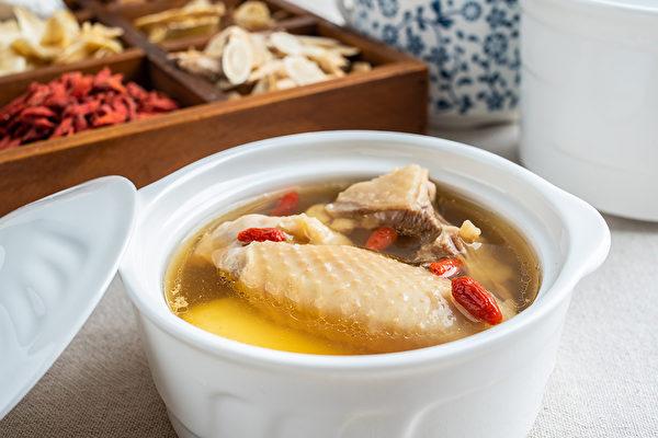 一道茶飲和一味藥膳,先天和後天都可補到,幫助提升免疫力、對抗病毒。(Shutterstock)