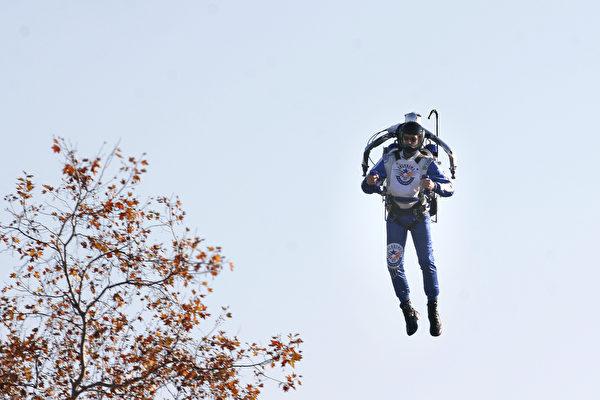 有人在加州3000呎高空飞行 被飞行员拍到
