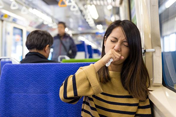 咳嗽時掩住口鼻還不夠,做到完整的咳嗽禮節,才能避免病毒傳播。(shutterstock)
