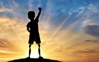 2岁童首次用义肢走路 帕运会选手从旁鼓励